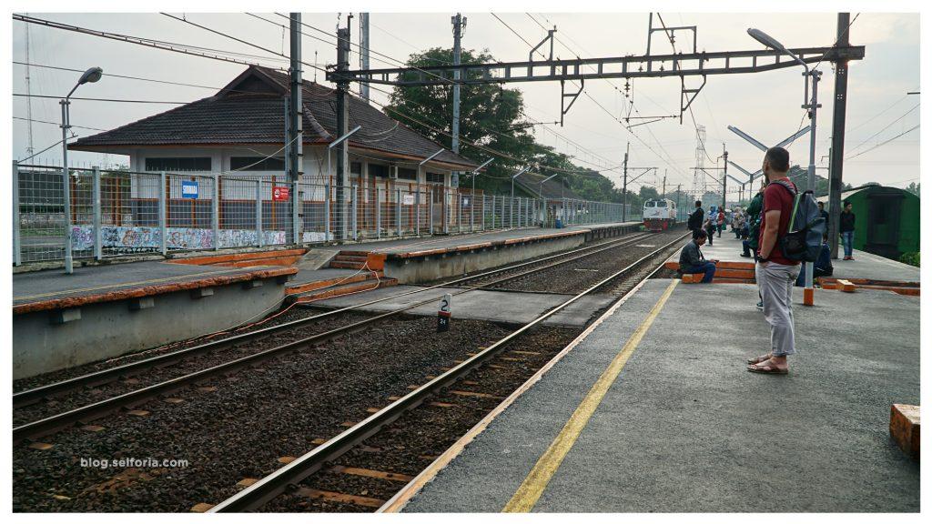 Pagi - pagi sekitar jam 7 bersiap naik kereta dari St Sudimara menuju tanah abang